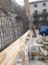 Detalle muro de piedra e interior de hormigon